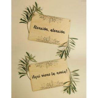 Pack carteles de boda ¡Atención atención! ¡Aquí viene la novia! color madera