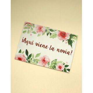 Cartel boda ¡Aquí viene la novia! blanco con rosas
